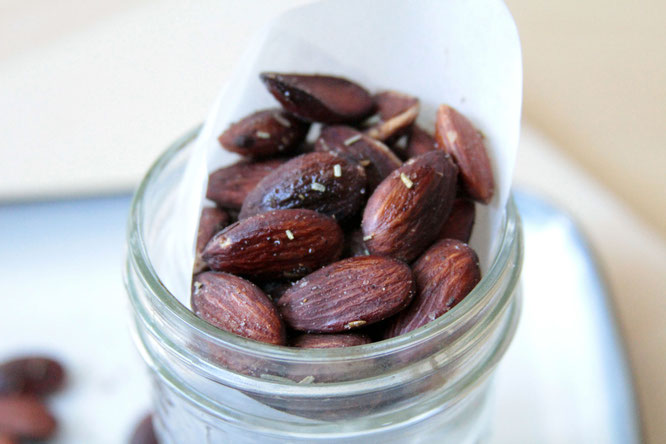 homemade roasted almonds.  Rosemary, salt, and red pepper add a special touch to this satisfying snack!  by Homemade Nutrition - www.homemadenutrition.com