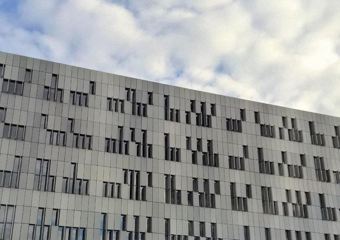 Blick auf die West-Fassade des Zentrums für Wissens- und Technologietransfer (ZWT) in der Medizin. © 2015 Reinhard A. Sudy
