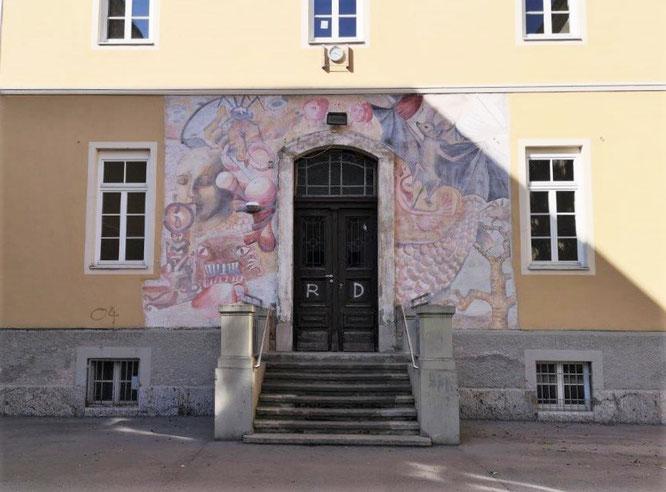 Kunstvoll umrahmter Eingangsbereich der Modellschule Graz. © 2019 Reinhard A. Sudy