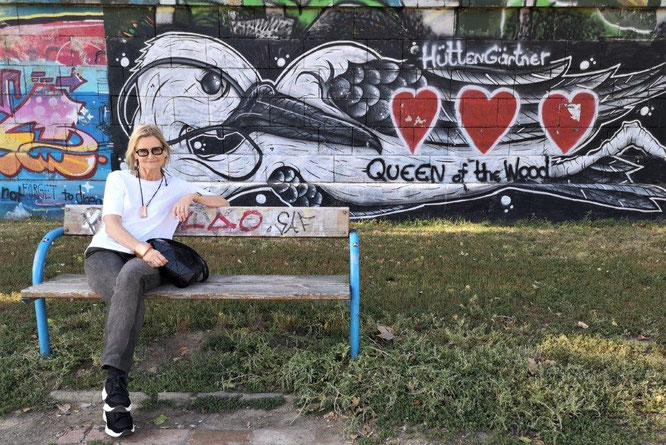 Kurze Rast von Hedi Grager vor den Graffities am Donaukanal, Wien. © 2019 Reinhard A. Sudy