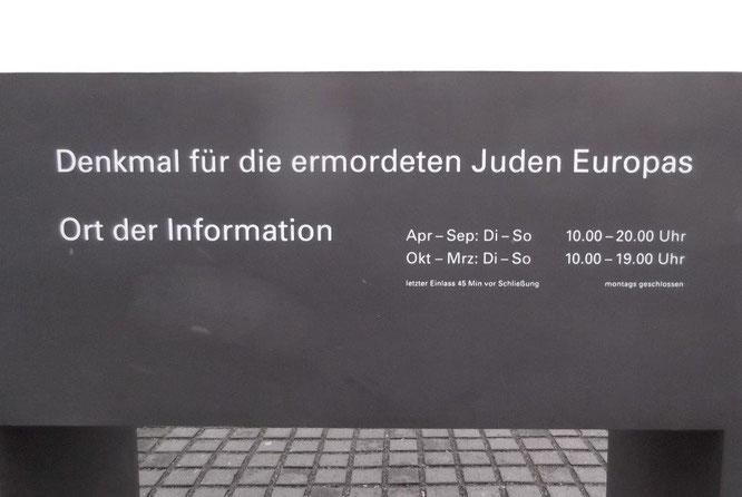 Info-Steinblock am Abgang zum Ort der Information. © Reinhard A. Sudy
