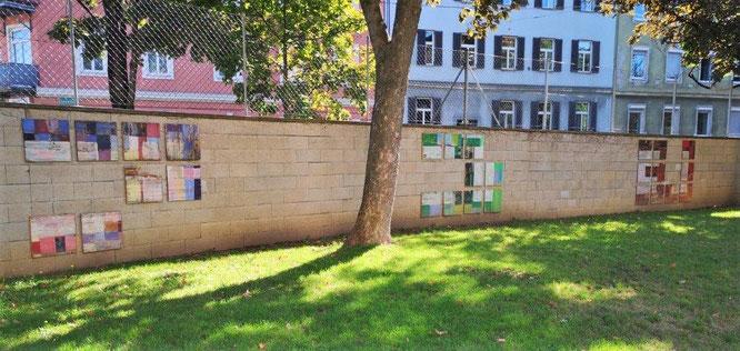 'Mauerschmuck' im Hof der Modellschule. © 2019 Reinhard A. Sudy