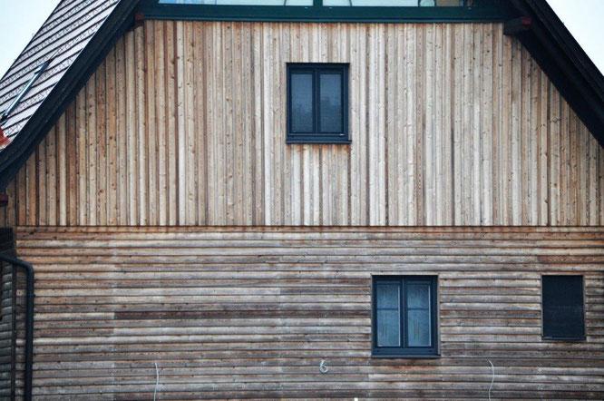 Im Sonnenlicht ergraute, unbehandelte Lärchen-Fassade eines Hauses in Strass/Steiermark. © 2016 Reinhard A. Sudy
