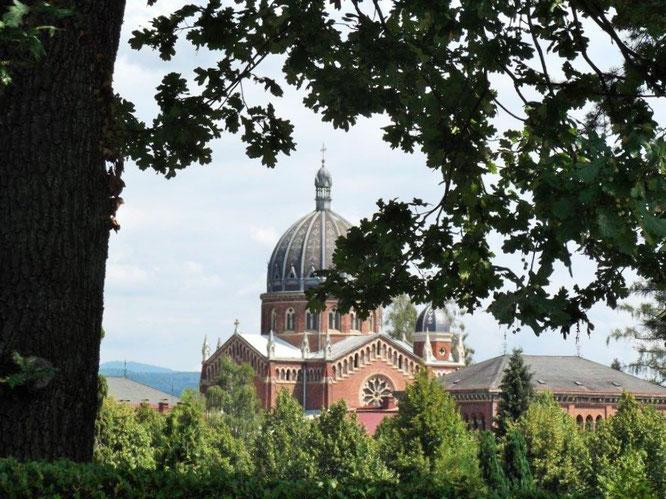 Blick auf die Backstein-Gotik-Kirche im Grazer Zentralfriedhof. © Reinhard A. Sudy
