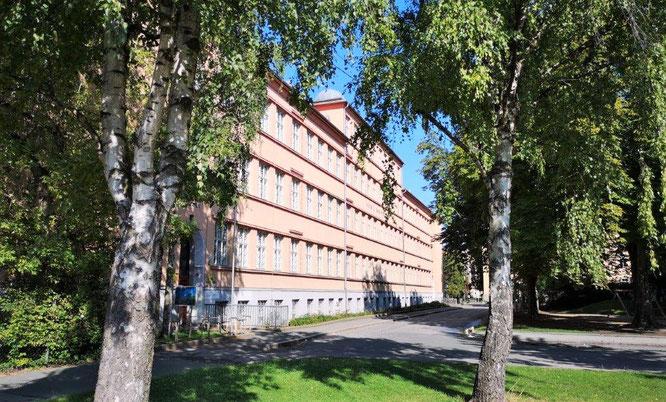 Das mächtige Gebäude der 'Fröbel-Schule' wurde nach den Plänen des Architekten Ernst Hüller erbaut. © 2019 Reinhard A. Sudy
