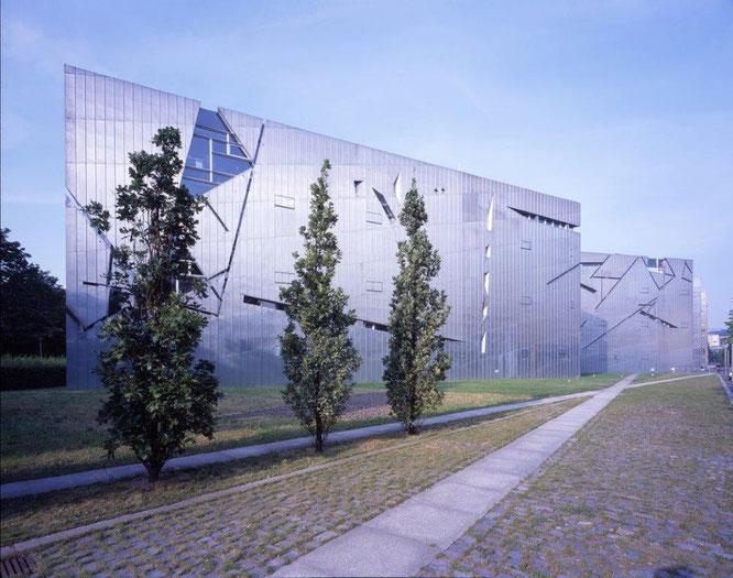 Das Jüdisches Museum Berlin mit einer Außenansicht des zinkverkleideten Gebäudes von Daniel Libeskind. © Jüdisches Museum Berlin / Foto: Jens Ziehe