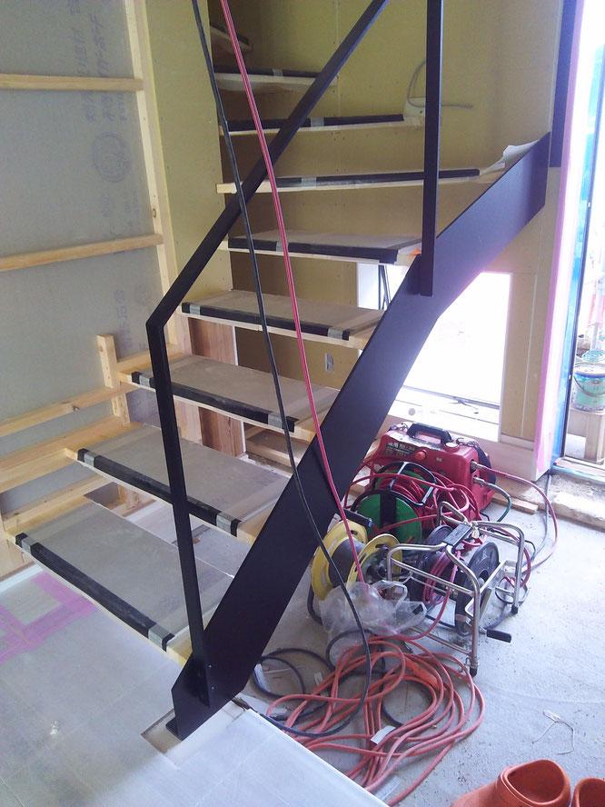 玄関から階段を少しでも明るくするためにオープン階段にしました