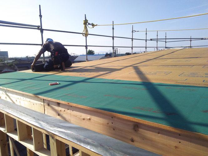 大屋根のアスファルトルーフィング施工