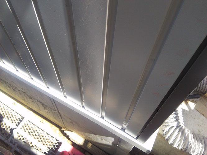 外壁はシンプルに角波逆押しと屋根立平葺きだけ