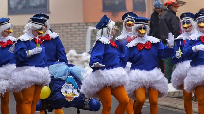 Donald Ducks beim Faschingszug durch Oberndorf.