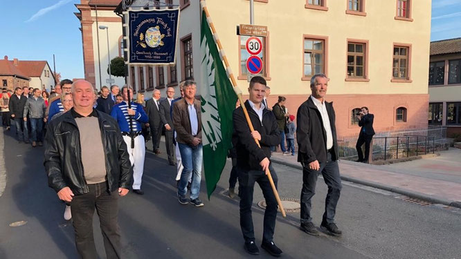Festumzug anlässlich 90 Jahre FSV: Unsere Fahnenabordnung mit (v.l.) Erwin Schwab, Felix Reusch und Klaus Singer.