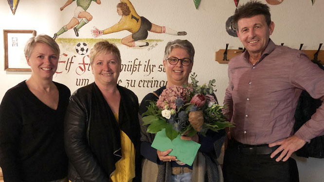Blumen zum Abschied: Die Vorstände (v.l.) Sabine Emmert, Inge Deffner und Hugo Schwab verabschieden Miranda Kafara.