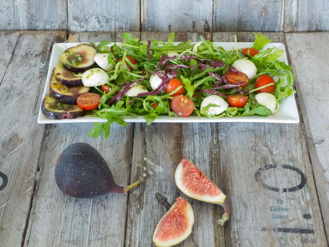 Sommerlicher Blattsalat mit frischer Feige
