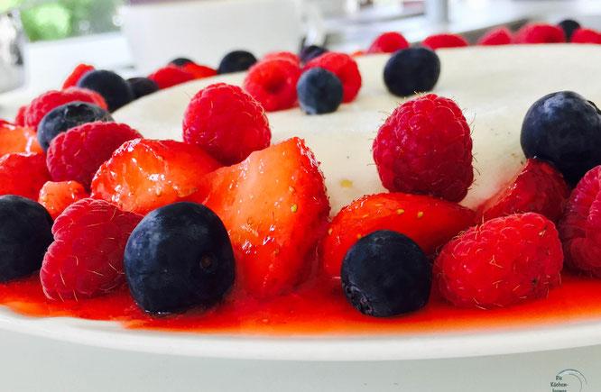 Joghurtbombe mit vielen Beerenfrüchte