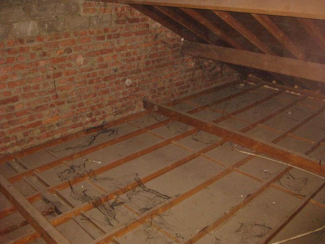Les plafonds sans aucune isolation et le pignon en briques, un fameux pont thermique !