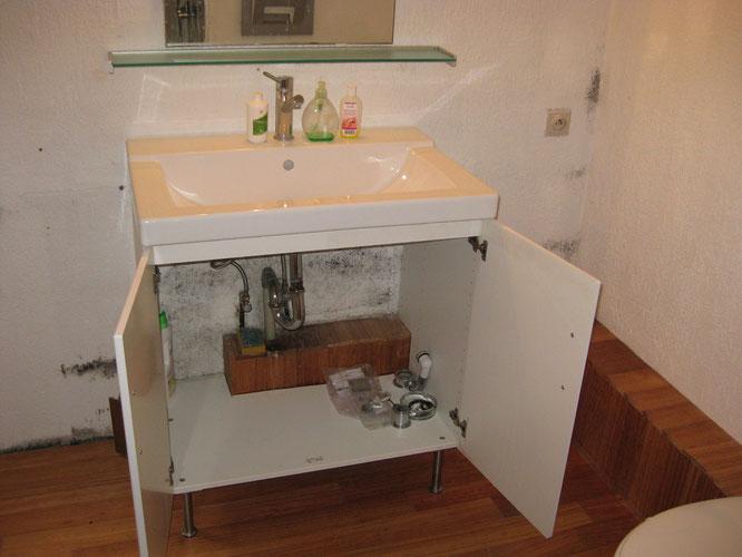 Moisissures dans une armoire sous évier par manque de ventilation
