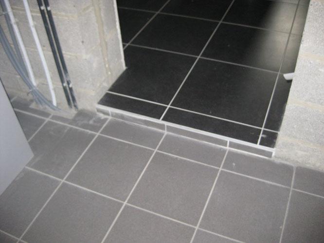 Erreur de niveau : une marche de 5 cm entre garage et hall !