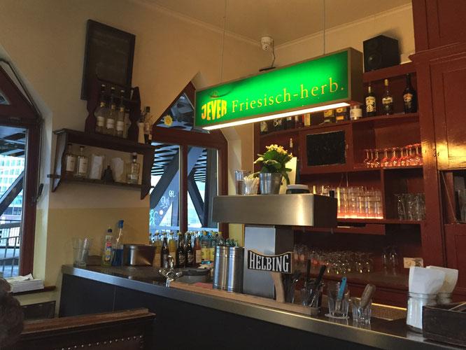 橋の下に建つ傾いたレストラン Ober hafen  Kanfine のBar