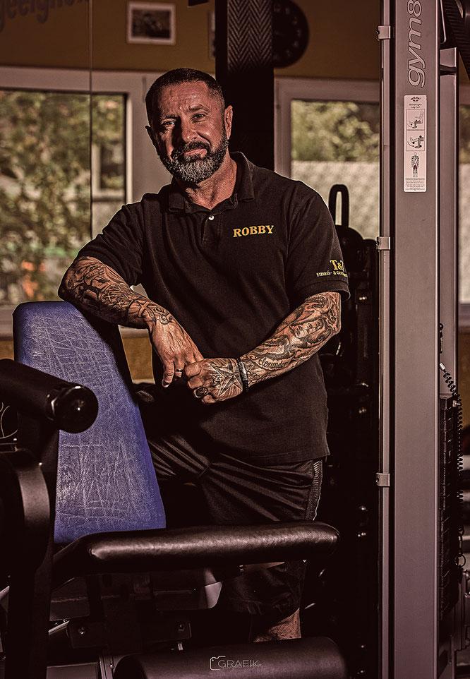 Robby Trost ist lizenzierter Fitness Lehrer und hat das T&T im September 2012 gegründet. Früher waren Fußball und Kraftdreikampf seine Leidenschaft, heute hat er sich auf das Fitness- & Krafttraining sowie Crossfit spezialisiert.
