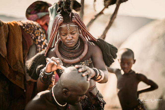 himba bei der traditionellen rasur - epupa kaokoveld namibia