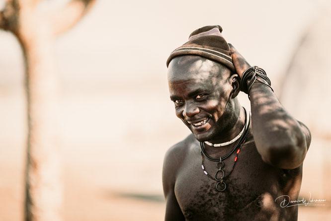 himba mann epupa kaokoveld namibia