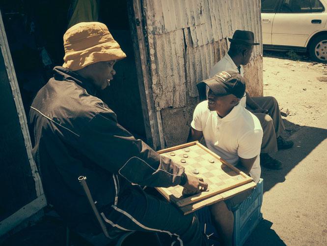 Mühle wird hier auch gern mal mit Kronkorken gespielt, man muss sich eben zu helfen wissen - Township Langa Cape Town South Africa