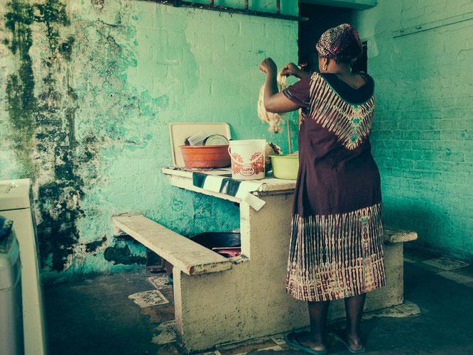 Gemeinschaftsraum und Küche eines gemauerten Hostels, Herberge für 16 Personen auf 4 Zimmern. Hier gibt es bereits eine Waschmaschine - Township Langa Cape Town South Africa