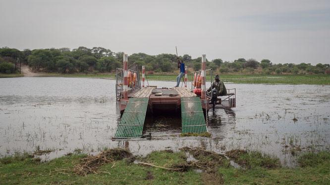 fähre in xhumaga über den boteti fluß in den makgadikgadi national park botswana