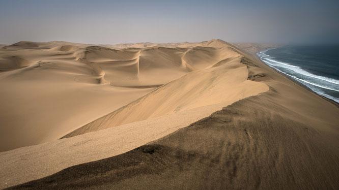 """Nichts außer Sand und Wasser, die """"Long Wall"""" läuft parallel zum atlantischen Ozean."""