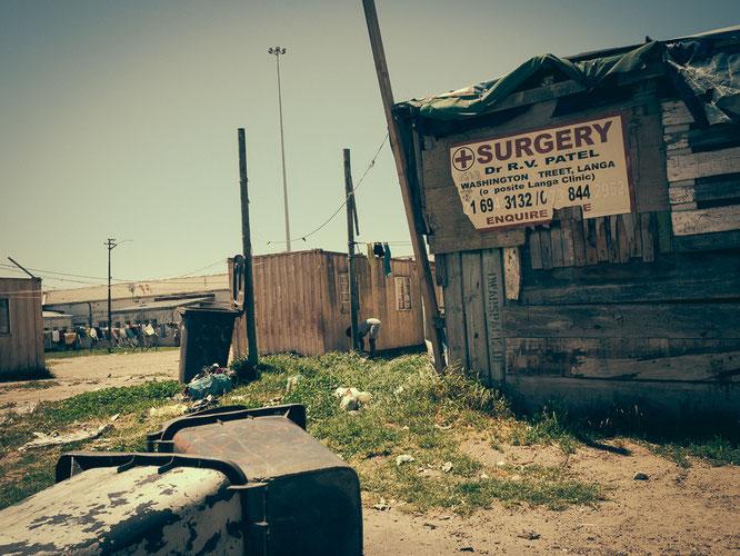Das Schild Surgery lässt hoffen, es gibt auch einen Arzt und eine Art Krankenhaus im Township, die verdreckte und verwahrloste Umgebung holt mich schnell wieder auf den Boden der Tatsachen - Township Langa Cape Town South Africa