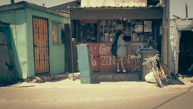 Langa ist eine Stadt in einer Stadt, es gibt nahezu alle Läden, insbesondere Kioske, Friseure, Snäckläden und Bars – nicht zu vergessen den mobile dealer shop wahrscheinlich der wichtigste Laden im Township - Township Langa Cape Town South Africa