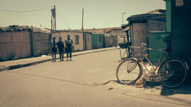 Junge Mädchen haben sich schick gemacht und flanieren über die Straßen Langas - Township Langa Cape Town South Africa