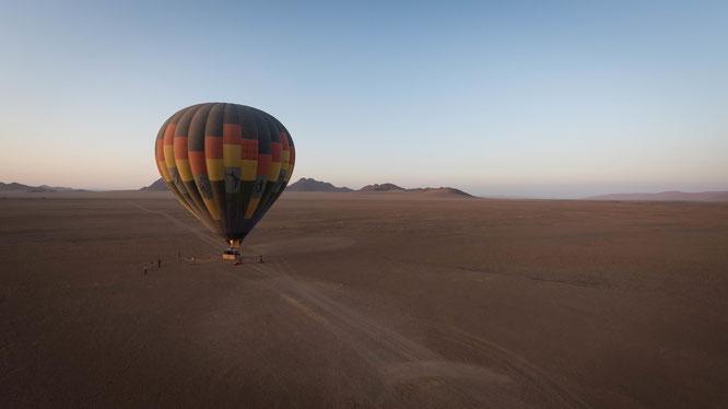 Namib sky balloon safari Namibia - Namib Naukluft Park, Sossusvlei - lifting from the ground