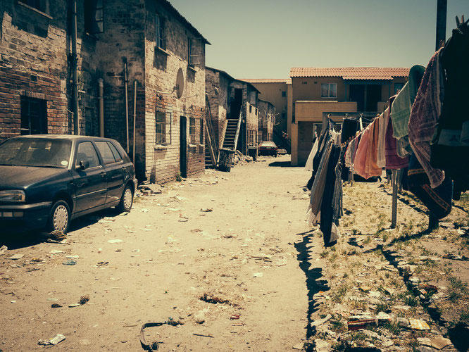 Völlig verdreckter Innenhof eines Hostels - Township Langa Cape Town South Africa