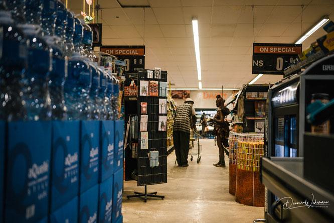 himba beim einkaufen im supermarkt in opuwo, kaokoveld namibia