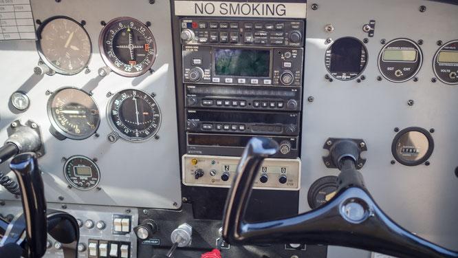 cockpit einer chessna die über das okavango delta in botswana fliegt
