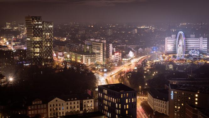 Blick vom Turm des Miche auf die Reeperbahn, die tanzenden Türme und den Dom.l
