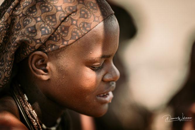 junge himba frau epupa kaokoveld namibia