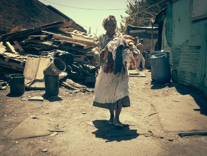 Wäsche wird hier von Hand gewaschen – die Menschen achten penibel auf ihr äußeres Erscheinungsbild, wenn sie auf die Straße gehen - Township Langa Cape Town South Africa