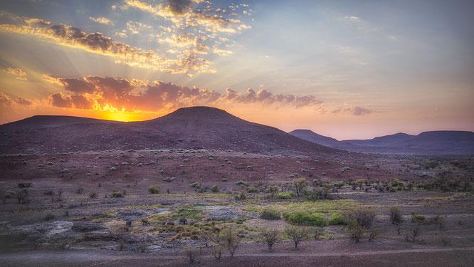 nikon z7 35mm f1.8 - sonnenuntergang mit elefanten - aub canyon palmvag concession namibia