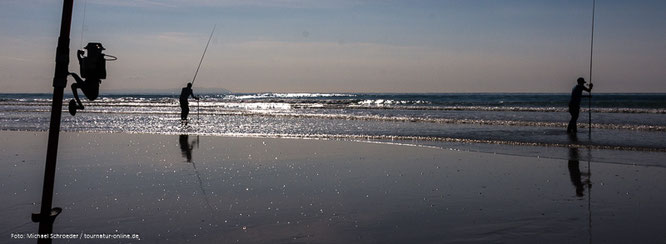 Meeresangler in der untergehenden Sonne der Costa de la Luz