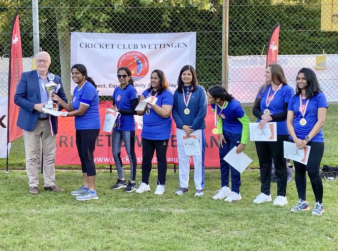 CC Wettingen receiving the trophy from Gemeindeammann Roland Kuster