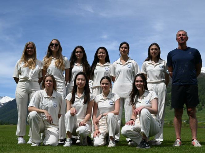 Lyceum Alpinum Girls XI with coach Mark Dobson (12.6.2021)