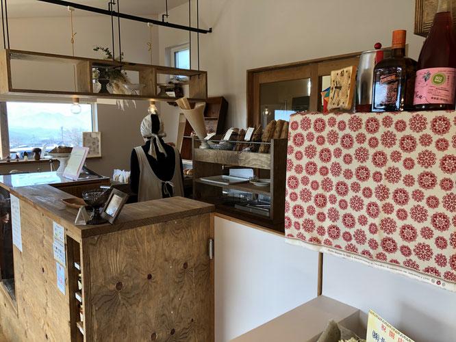 お店にパンが並んでいるときに写真を撮らせていただこうとしたものの、他のお客さんに気が引けて妙なアングルになってしまう。窓の外の見晴らしの良さは伝わるでしょうか。