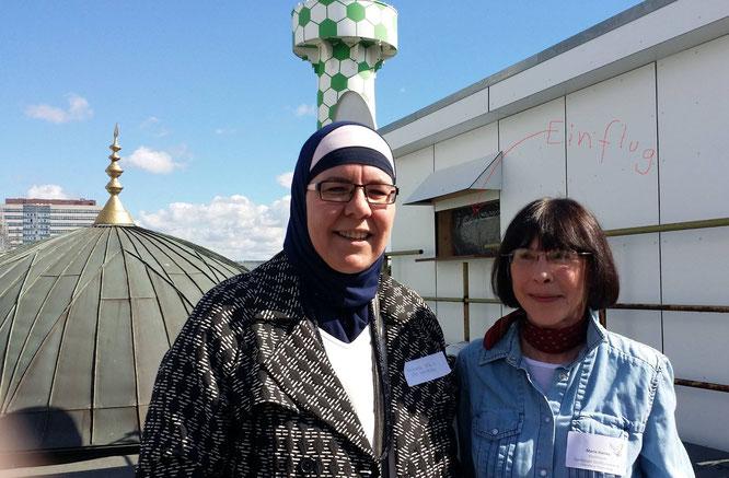 """Bei der Eröffnung des Taubenschlags auf dem Dach der Centrum Moschee in St. Georg mit Maria Hanika, der Vorsitzenden des Vereins """"Hamburger Stadttauben e.V"""" ."""