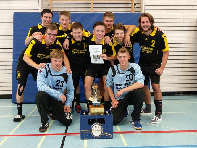 Die erfolgreichen Männer mit Pokal und Gewinn. Foto: TSV, Kupfer