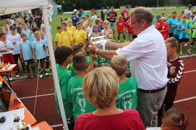 Mellrichstadts 2. Bürgermeister Thomas Dietz übergibt den Pokal.
