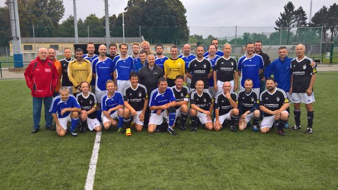 Die Mannschaften nach dem Spiel. Foto: TSV