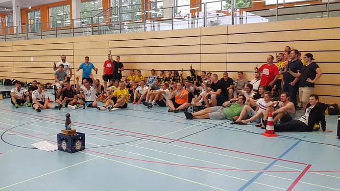 Turnierende und warten auf die Siegerehrung. Foto: TSV, Pfeiffer