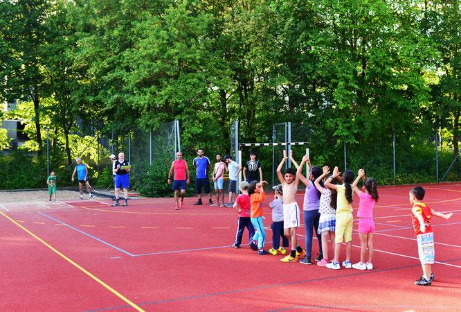 Freudig warten die Kinder auf ihren Weitsprung. Foto: Fred Rautenberg